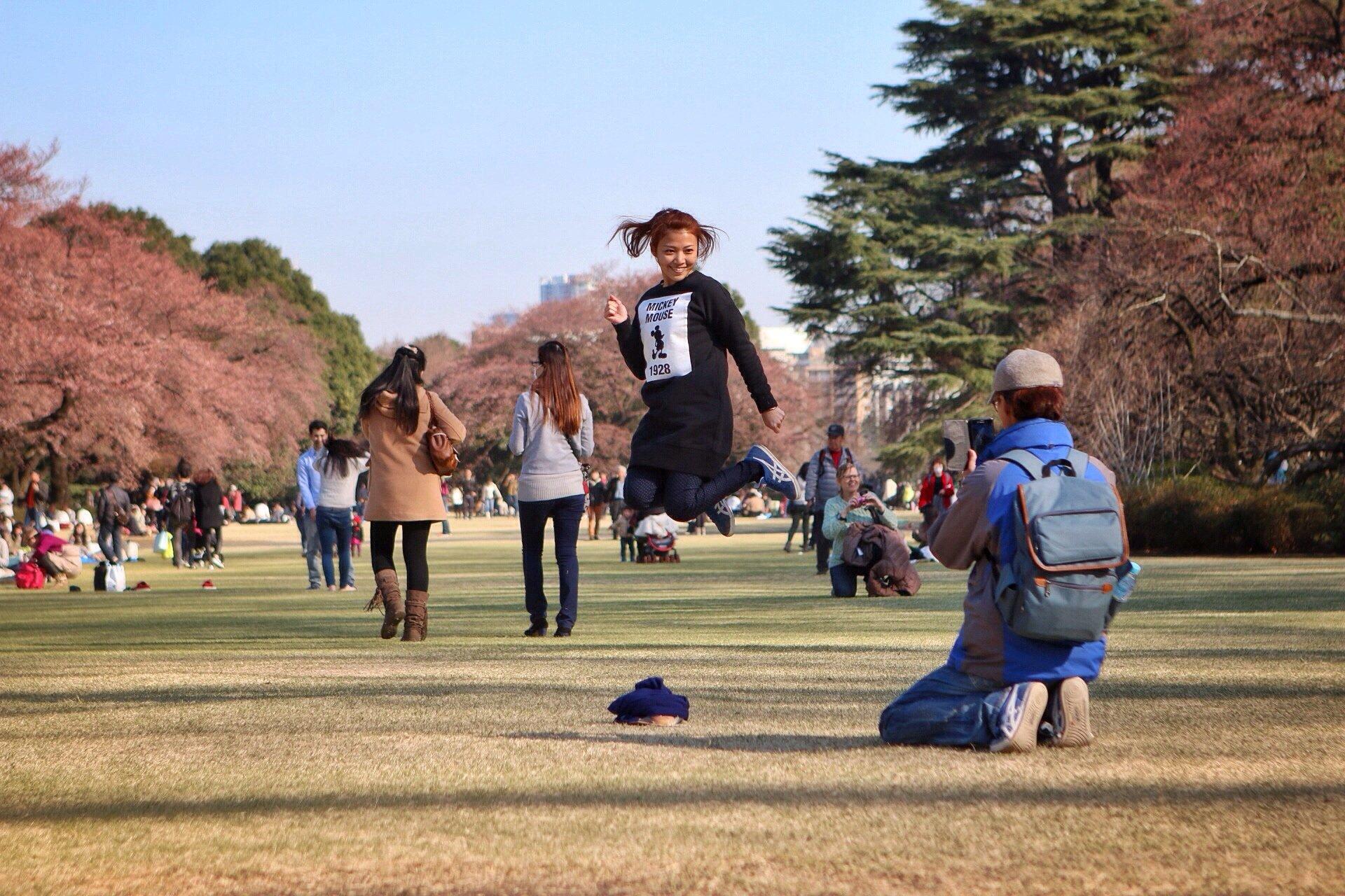happy-japanese-people-sakura-tokyo-kasuma-photography-blog