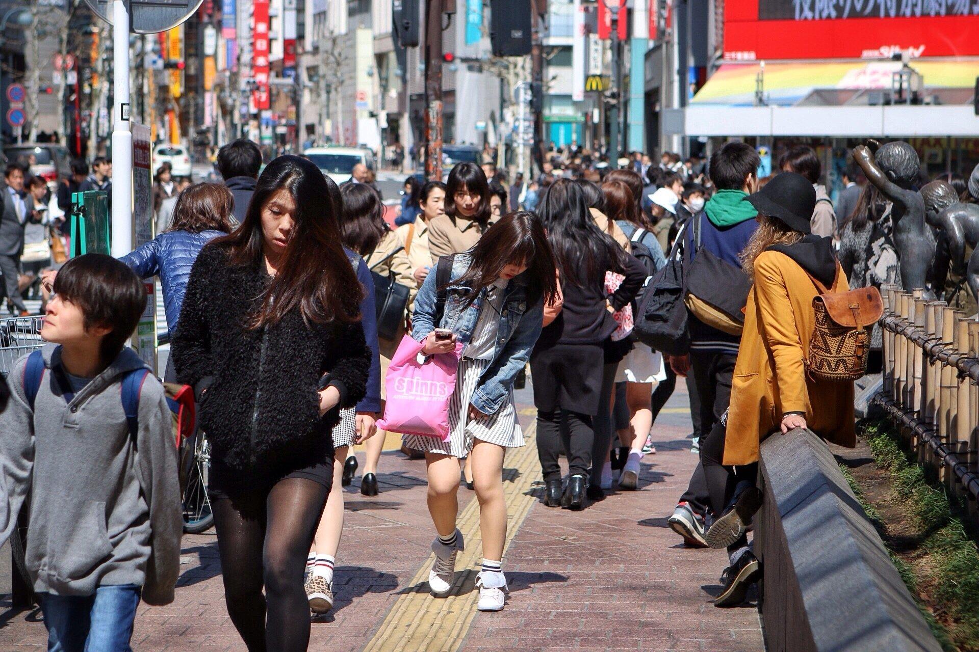 shibuya-cecilia-sitting-waiting-people-watching-kasuma-photography-blog